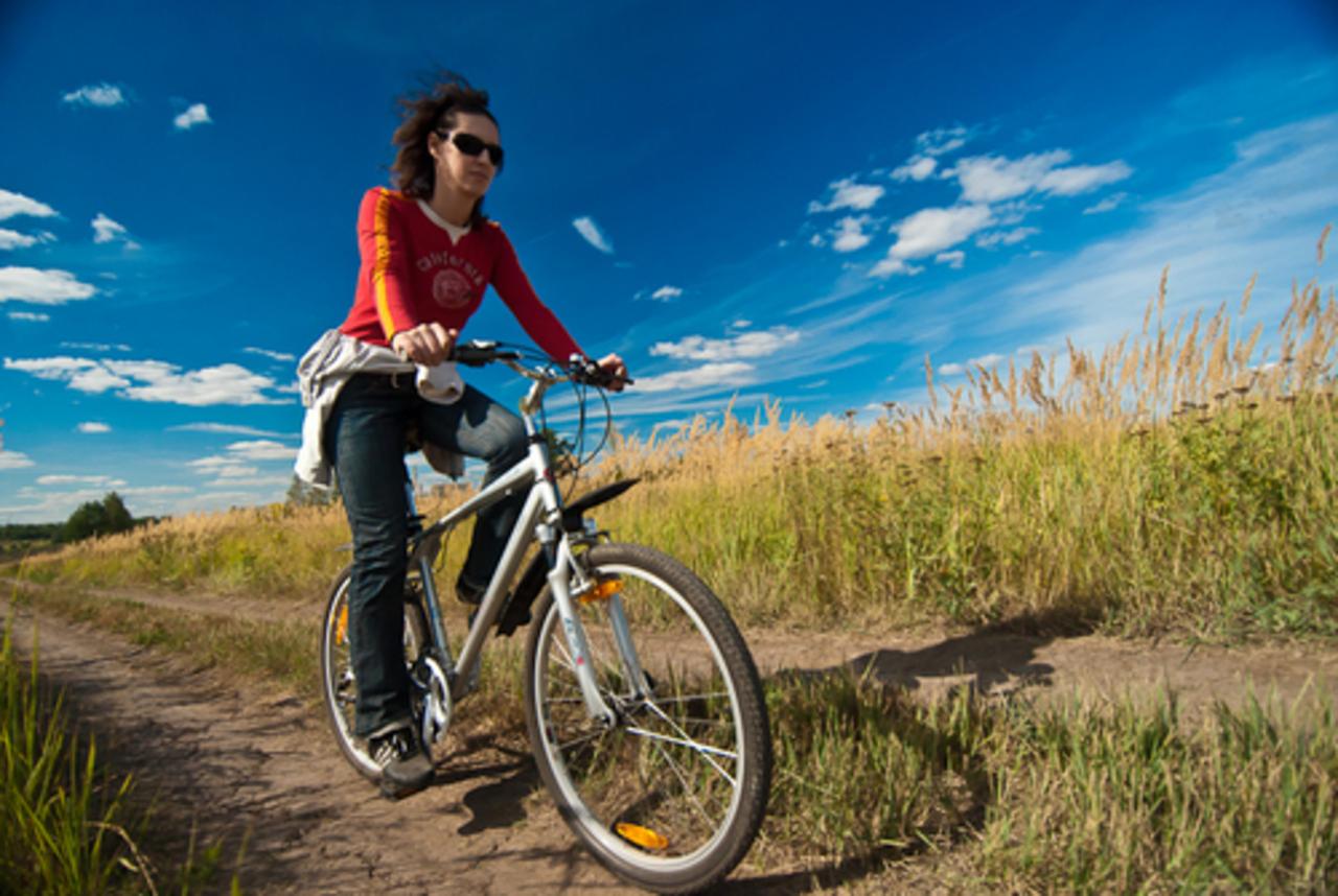 Картинка как катаются на велосипеде